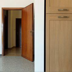 dettaglio porta ed anta in legno