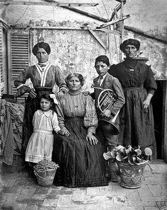 Women and boy with a horn - 1940 Lenola Lazio   #TuscanyAgriturismoGiratola
