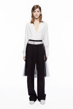 See the complete DKNY Resort 2016 collection.