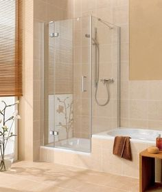 Een klassiek badkamer samen met een douche en bad combinatie naast elkaar.