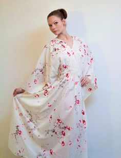 Sommer Kleid in Weiß mit Fantasiemuster,Seidenkleid,Langer Sommerkleid,Caftan,Kimonokleid,Maxikleid,Boho Kleid,Festival Kleid,Oversize Kleid von RoteTulpe auf Etsy