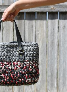 Make this chic bag with Lion Brand Fettuccini! Free pattern by The Craft Patch.
