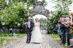 Bellenblaas op bruiloft, blow bubbles on your wedding day, wedding photographer Holland