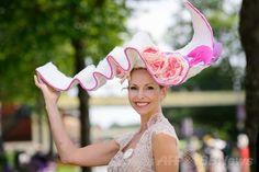 華やかな帽子がいっぱい、英国伝統レース「ロイヤルアスコット」
