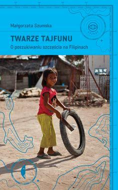 Twarze tajfunu to opowieść o wyjątkowej podróży na Filipiny. Małgorzata Szumska leci na skąpane w słońcu wyspy, by pomagać mieszkańcom w odbudowie ich domów zburzonych przez potężny tajfun. Na miejscu spotyka ludzi, którzy opowiadają o swoich niezwykłych, wzruszających przeżyciach, o filipińskich obyczajach, religii, przyjaźniach i miłościach… Z rozmów wyłania się barwny obraz kraju i jego mieszkańców, pełnych optymizmu, wytrwale szukających szczęścia, ale też doświadczonych przez los –…