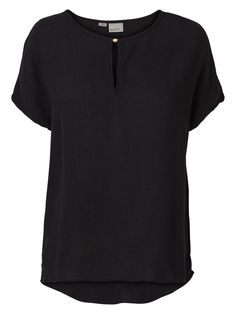 Feminine top from VERO MODA. Style it with a pair of denim jeans for a more casual look.