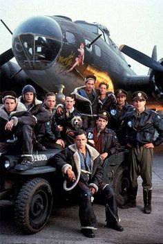 The crew of the Memphis Belle (from the movie) standing in front of the Memphis Belle herself Belle Movie, Kino Box, Memphis Belle, Flying Ace, War Film, Aircraft Photos, Adventure Movies, Movies Playing, Drama