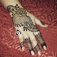 Some midnight henna for @divya_henna who is hanging out with me this week. Wanted to do something different would love to hear your thoughts on this #mehendi #mehndi #neetasharma #bridalhenna  #mehndidesigner  #bayareahenna #fresnomehndi #dulhanmehendi #hennadesign #dulhan  #hudabeauty #instahenna #desibrides #southasianbride  #mehndiparty #mehndihenna #indianbride #punjabibride #shadi #indianweddings #punjabiwedding #sikhwedding #hennapro #hennainspire #art  #eidhenna #eidmubarak #eid
