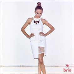 Que tal apostar no vestidinho total white pro look noite? Esse modelo vem super charmoso: com recortes assimétricos e detalhes em renda. Muso!