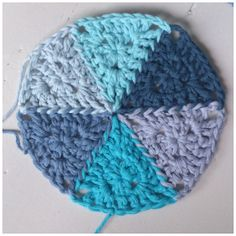 Free crochet pattern and tutorial for making and attaching triangles to create circles. Lots of possibilities!