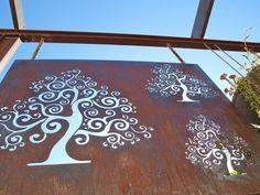brise-vue en acier corten décoré de dessins arbres