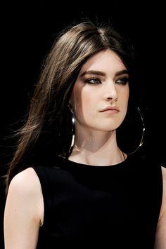 Blumarine at Milan Fashion Week Fall 2012 - Details Runway Photos Beauty Makeup, Hair Makeup, Hair Beauty, Beauty Style, Eye Makeup, Makeup Tumblr, Sleek Hairstyles, Fashion Stylist, Dark Hair