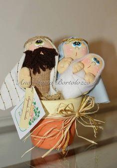 Sagrada família confeccionada em tecido de algodão dentro de um vasinho de cerâmica pintado com tinta acrílica e protegido com verniz. Pinturas feitas à mão. Produto costurado e colado.