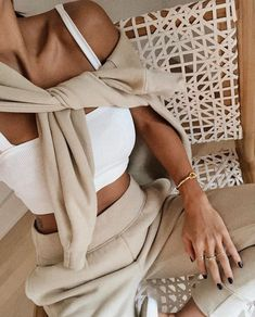 fall sweat suit in all neutrals via aritzia sweatshirt casual style comfy fall fashion neutral fashion influencer style sweatsuit athleisure Outfit Chic, Beige Outfit, Neutral Outfit, Looks Street Style, Looks Style, Hata Yoga Asanas, Look Fashion, Autumn Fashion, Fashion Women