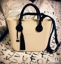 Simona accosta un tenue crema a dettagli in contrasto. Brava! Old Shoes, Fashion Bags, Fashion Women, Baggage, My Bags, Brave, Shoulder Bag, Handbags, Purses