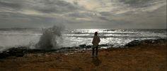 Mallorca im Februar. Mütze und Hemd am Strand.