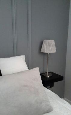 Chevet avec une simple étagère noire et lampe : le tout IKEA