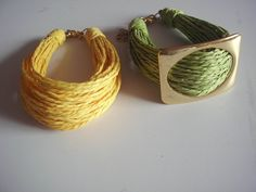 Conjunto de pulseiras em palha de arroz com detalhe em metal dourado. Para variar de visual basta trocar o detalhe dourado de pulseira. R$ 30,00