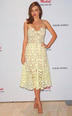 D'humeur printanière de Fashion Police  Miranda Kerr est rayonnante et joviale dans cette robe féminine de Self-Portrait aux découpes florales. La star top-modèle est belle, comme à son habitude, mais cette tenue aurait eu plus d'impact au printemps qu'en hiver.