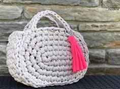 El súper tutorial Foto a Foto que estábais esperando. Cómo hacer un bolsazo de Trapillo Crochet Crafts, Easy Crochet, Crochet Projects, Knit Crochet, Crochet Handbags, Crochet Purses, Cotton Cord, Lace Bag, Crochet Basket Pattern
