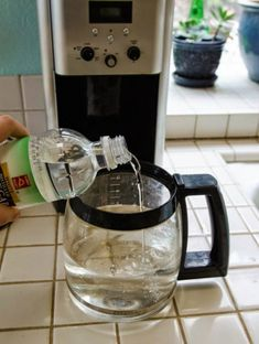 How to clean a coffee maker with Vinegar? Find some easy Tips and Tricks from the experts at Best Drip Coffee Makers. Know Step by Step guide for cleaning your coffee maker. House Cleaning Tips, Cleaning Hacks, Kitchen Cleaning, Kitchen Sink Smell, Coffee Pot Cleaning, Clean All The Things, Nyc Coffee Shop, Expresso Coffee, Household Cleaning Tips