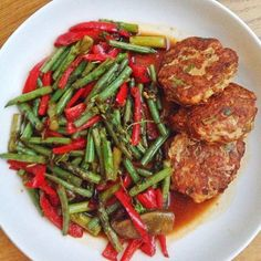 Eschewing my normal #meatfreemonday as being super #healthy ahead of a weekend filled with 2 weddings (woohoo @wabbitpie ) and @jamieoliver Feastival. Got a #photoshoot next week too. training super hard @morefit_london too. 3 Asian chicken burgers and lots of veg - beans asparagus & Ramiro peppers with soy ginger & garlic dressing. #highprotein #lowcarb #lowfat #musclefood #hellofitty #homecooked #healthyfoodporn #foodie #londonfoodie #fitfam #eatclean #eatcleantraindirty #fresh #leanmeals…