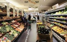 A shot of the fruit and veg aisle at Thornton Budgens-Britain's first plastic free super market Lidl, Supermarket Design, Zero Waste Store, Types Of Packaging, Circular Economy, Plastic Items, Morrisons, Journaling, Packaging