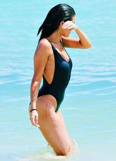 Selena Gomez sizzles v čiernom plavkách na pláži v Miami - Moje tvár Hunter Selena Gomez Bikini, Selena Gomez Tattoo, Selena Gomez Fotos, Selena Gomez Style, Selena Gomez Body, Selena Gomez Pregnant, Selena Gomex, Selena Singer, Selena Pics