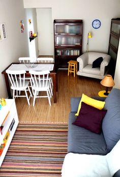 A área é pequena, mas Cinthia Tragante criou um espaço para jantar, estar e até um canto de leitura.