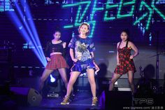 Amber An performs in the HTC 2015 Desire Party.  http://www.chinaentertainmentnews.com/2015/09/singers-let-colors-flow-at-music-party.html