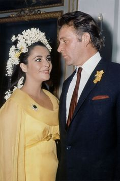 Elizabeth Taylor Had Some of the Strongest Hat Game in Hollywood History — and It's Perfect Inspiration Celebrity Wedding Photos, Celebrity Couples, Celebrity Dresses, Celebrity Weddings, Grace Kelly, Dita Von Teese Wedding, Richard Burton Elizabeth Taylor, Old Hollywood Wedding, Colored Wedding Dresses