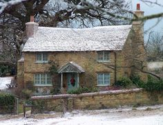 THE English Cottage – Rosehill Cottage, from Nancy Meyers' film The Holiday – rustic home exterior Modern Cottage Style, English Cottage Style, English Country Decor, English Cottages, Country Cottages, Stone Cottages, Country Houses, French Country, Holiday Cottages To Rent