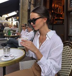 Since moving to Paris, Marissa Cox of Rue Rodier has learnt a few new French girl–inspired jean outfits that really work. Parisian Style Fashion, French Fashion, Look Fashion, Girl Fashion, Fashion Outfits, Minimalist Fashion French, Cheap Fashion, Runway Fashion, Fashion Women