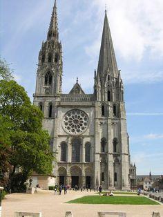 Francia 02 Catedral de Chartres  Empezada en 1145 y recomenzada tras el incendio sufrido en 1194, la construcción de catedral de Chartres finalizó 26 años después de este siniestro. Representativa del apogeo del arte gótico francés, esta catedral dotada de una vasta nave del más puro estilo ojival, de pórticos ornados con admirables esculturas de mediados del siglo XII, y de magníficos vitrales de los siglos XII y XII