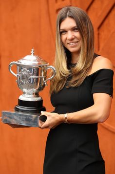 Simona Halep Photos - Ladies singles winner Simona Halep of Romania poses with the Suzanne Lenglen trophy during day fifteen of the 2018 French Open at Roland Garros on June 10 2018 in Paris France - 2018 French Open - Day Fifteen French Open, Wimbledon, Wta Tennis, Simona Halep, Tennis Players Female, Tennis Stars, Opening Day, Maria Sharapova, Famous Women