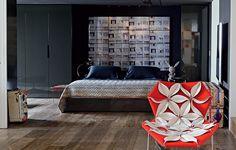 Este quarto, cheio de personalidade, tem paredes e teto pintados de preto. O destaque fica para a cabeceira, com uma sequência de fotos de Felipe Morozini