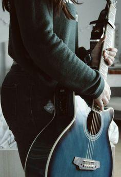 Con seis cuerdas en el alma. #guitarra #azul #guitar #blue #music #tumblr #vintage
