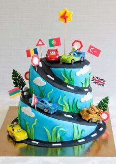 Pentru ca toti baietii sunt piloti innascuti, un tort personalizat in forma de circuit de curse cu masinutele din Cars poate fi cea mai buna alegere pentru petrecerea aniversara. Gustul va fi unul pe masura deoarece vom folosi cele mai bune si mai proaspete ingrediente, iar alegerea sortimentului de tort este la latitudinea ta. Baby Boy Birthday Cake, 6th Birthday Cakes, Birhday Cake, Cookies And Cream Cake, Cakes For Boys, Cake Designs, Cake Decorating, Diy Paper, Cake Party