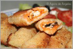 EMPANADILLAS GRIEGAS Ingredientes 10 rebanadas de pan de molde sin corteza 75 gr queso feta (yo puse daditos de queso de cabra en salmuera) 30 gr aceitunas negras picadas 50 gr tomate picado sin pepitas (puse sofrito de tomate) 1 cucharada sopera orégano 1-2 huevos para rebozar Pan rallado Aceite oliva Fast Good, Olive Recipes, Just Eat It, Tapas, Finger Foods, Salad Recipes, Cooking Recipes, Yummy Food, Favorite Recipes
