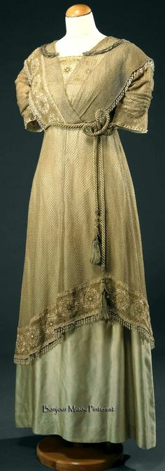 Evening dress ca. 1906–10. Light green silk satin. Inset application with floral motifs embroidered in silk thread and gold wire beads. Photo: José Pessoa. Museu Nacional do Traje e da Moda, Lisbon