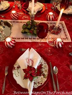 16 Brilliant Inspirations of Winter Wedding Decoration Are you getting married this winter? You can add some of these brilliant winter wedding decoration ideas if you think they can suit your wedding concept. Christmas Table Settings, Christmas Tablescapes, Christmas Table Decorations, Christmas Candles, Tree Decorations, Winter Holidays, Christmas Holidays, Christmas Wedding, Christmas Trees