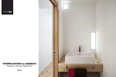 Vista interior del aseo_Eo3 Arquitectos Diseño del mueble de pila creado también por el estudio.