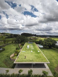 The Brazilian firm of Marcio Kogan ventures deeper into its research on horizontality with Planar House, a dwelling outside São Paulo whose roof is seen from different points of the plot as a fifth facade. Studio Mk27, Roofing Options, Roofing Materials, Living Roofs, Roof Covering, Green Building, Landscape Architecture, House Architecture, Contemporary Architecture