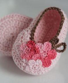 Baby Girl Crochet, Crochet Baby Clothes, Crochet Baby Shoes, Crochet For Kids, Diy Crochet, Crochet Dolls, Booties Crochet, Crochet Shoes Pattern, Crochet Slippers