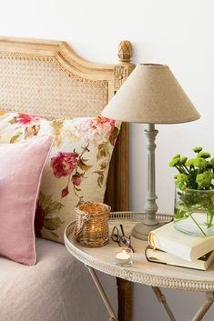Un cabecero de mimbre Bedding Master Bedroom, Bedroom Green, Home Decor Bedroom, Bedroom Furniture, Living Room Decor, Elegant Home Decor, Elegant Homes, Deco Boheme, Home Decor Inspiration