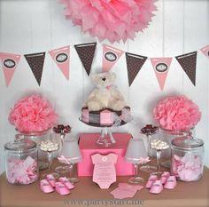 mesa decorada com marrom, rosa e branco