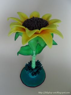 """boligrafo decorado """"girasol"""" Paper Sunflowers, Large Paper Flowers, Giant Paper Flowers, Diy Flowers, Clay Projects, Projects To Try, Pen Toppers, Rustic Wood Box, Birthday Party Themes"""