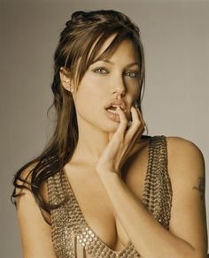 Hollywood celebrities Angelina Jolie is growing up in Los Angeles.To see actress Angelina jolie sexy wallpapers collection. Angelina Jolie Fotos, Angelina Jolie Pictures, Angelina Jolie Style, Beautiful Celebrities, Beautiful Actresses, Beautiful Women, Hollywood Actresses, American Actress, Movie Stars