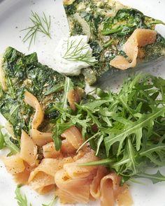 Frittata is een lekker vullende Italiaanse omelet. Deze versie is met voedzame spinazie, dille, gerookte zalm, een slaatje en frisse zure roomdressing. Lekker!