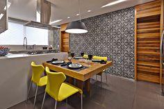 Mooie tegels tegen de muur in de keuken. Van David Guerra LA Project   LA APARTMENT